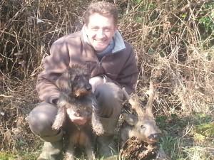 Sébastien Humblot avec sa chienne et un brocard