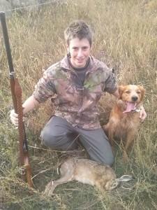 Nicolas Poujol pose avec son chien devant le lièvre tué