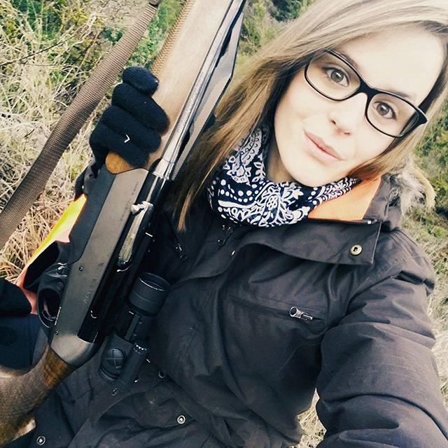 Selfie de Faustine avec son arme