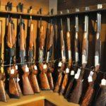 Nombreux fusils et carabines dans une armoire forte